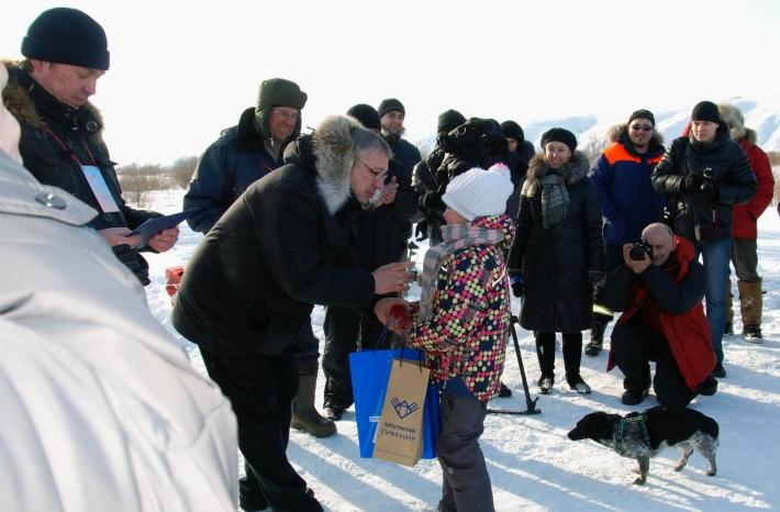 В.К. Сопов вручает приз самым маленьким участникам соревнований