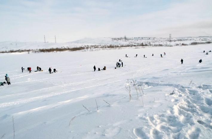 Участники соревнований выбирают место для рыбалки
