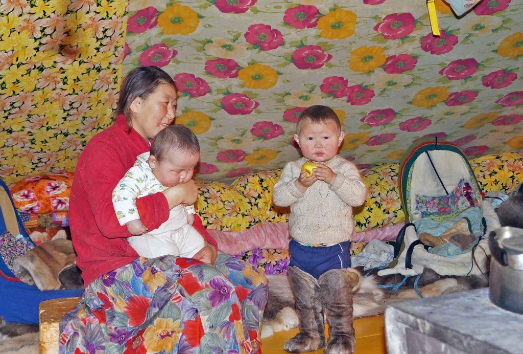 Дети оленеводов в чуме. Арктика.