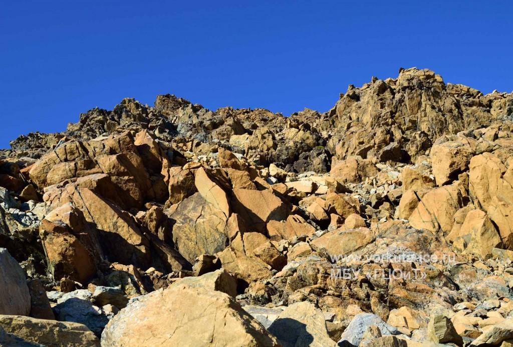 Предвершинные разрушенные скалы