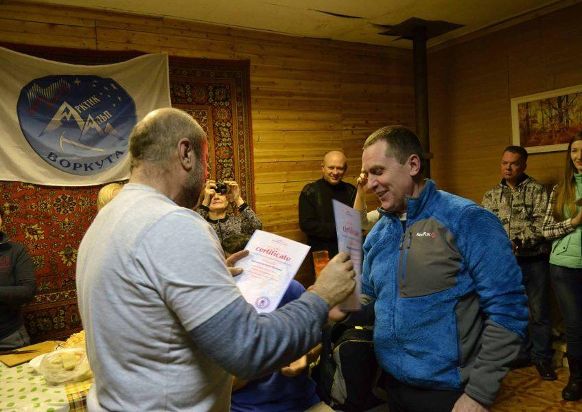 Вручение сертификата восходителям на Эльбрус